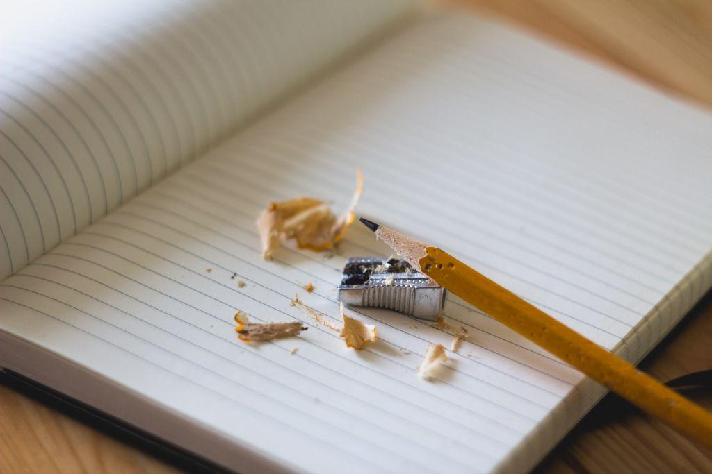 Angespitzter Bleistift auf Notizblock