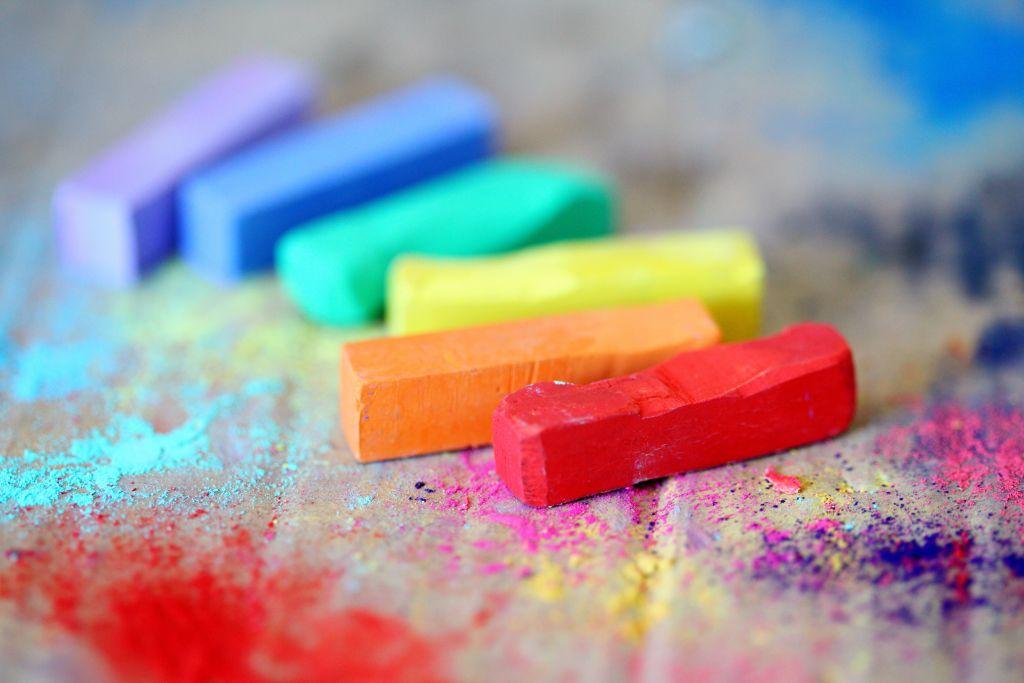 Regenbogenfarbene Kreidestücke